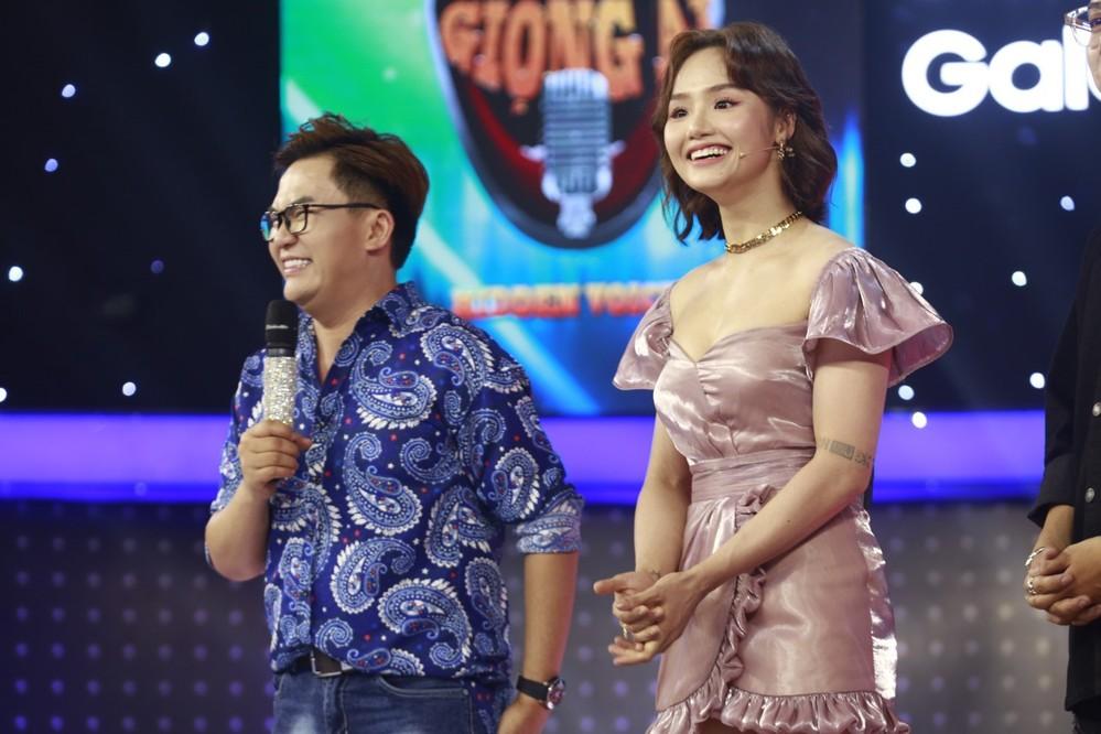 """Miu Lê """"xém tí"""" hớ hênh trên sóng truyền hình vì diện bộ đầm quá ngắn - Ảnh 4."""