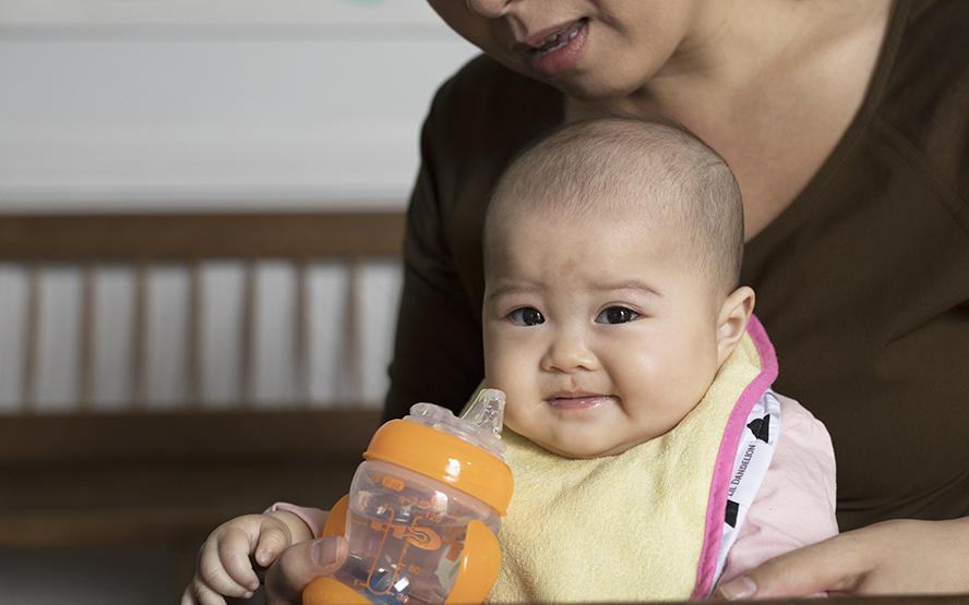 Chuyên gia cảnh báo: Trẻ dưới 6 tháng tuổi bú mẹ hoàn toàn không cần uống thêm nước, kể cả trong những ngày nắng nóng