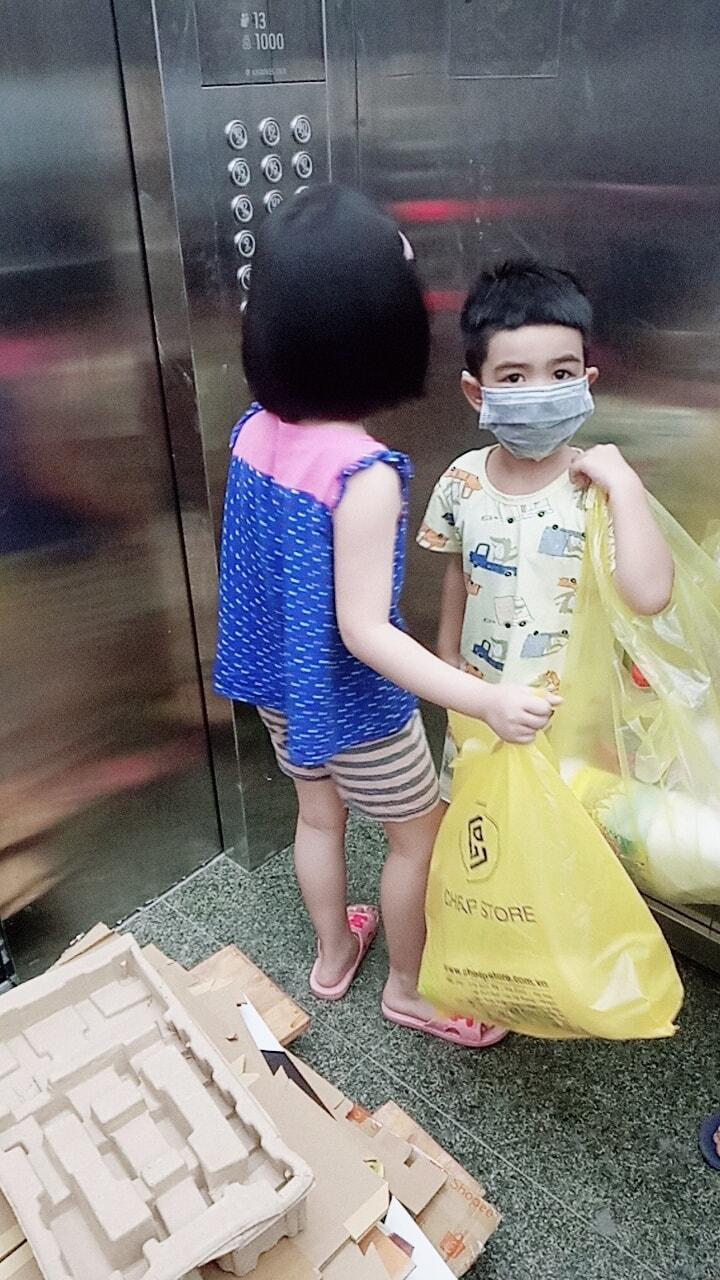 Dù kinh tế khá giả nhưng vẫn để con đi nhặt rác kiếm tiền đi học, người mẹ này lại được cộng đồng mạng ủng hộ vô cùng vì một lý do đặc biệt - Ảnh 3.