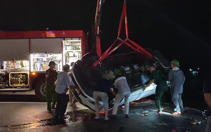 Xe con chở 5 người lao xuống biển ở Quảng Ninh: 3 người đã tử vong