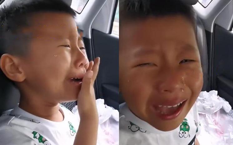 Cậu bé khóc ngất lên ngất xuống khiến mẹ tưởng có chuyện gì, ai ngờ con trai mới tí tuổi đã lo xa chuyện của tận 13 năm sau