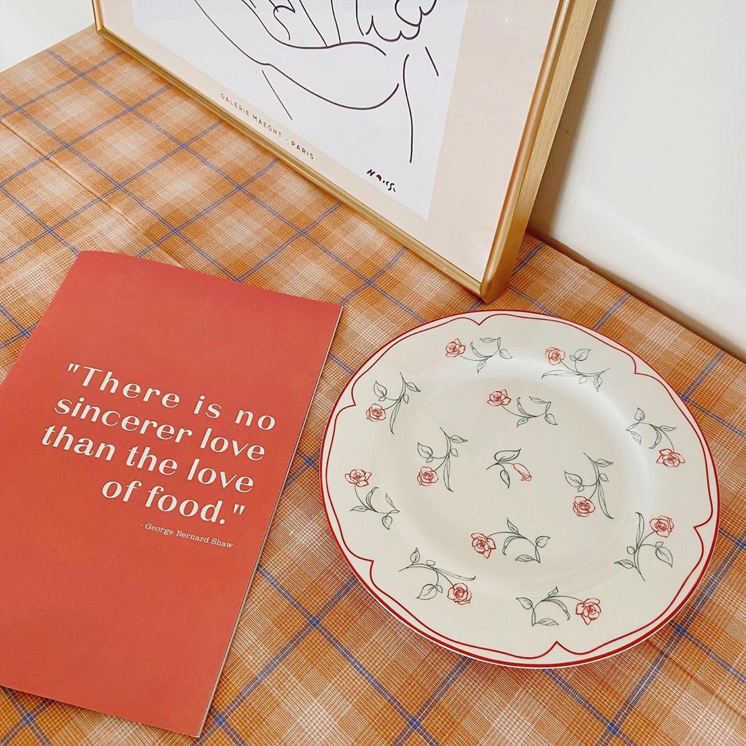 Giờ hội chị em sành điệu toàn dùng khăn trải bàn làm phông nền sống ảo thôi, bạn cũng nên biết để bắt trend kịp thiên hạ - Ảnh 1.