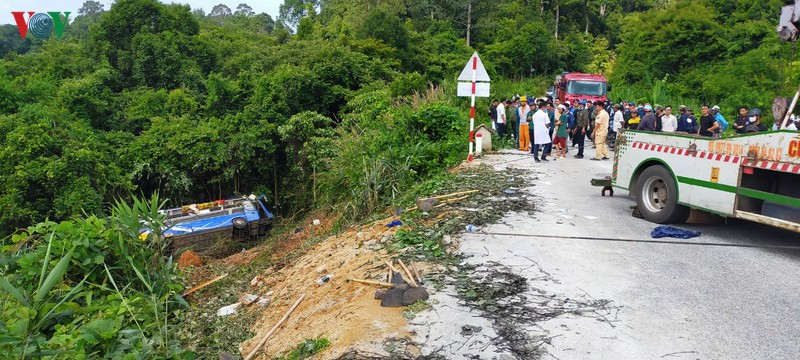 Hiện trường xe khách lao xuống vực làm ít nhất 5 người chết ở Kon Tum - Ảnh 1.