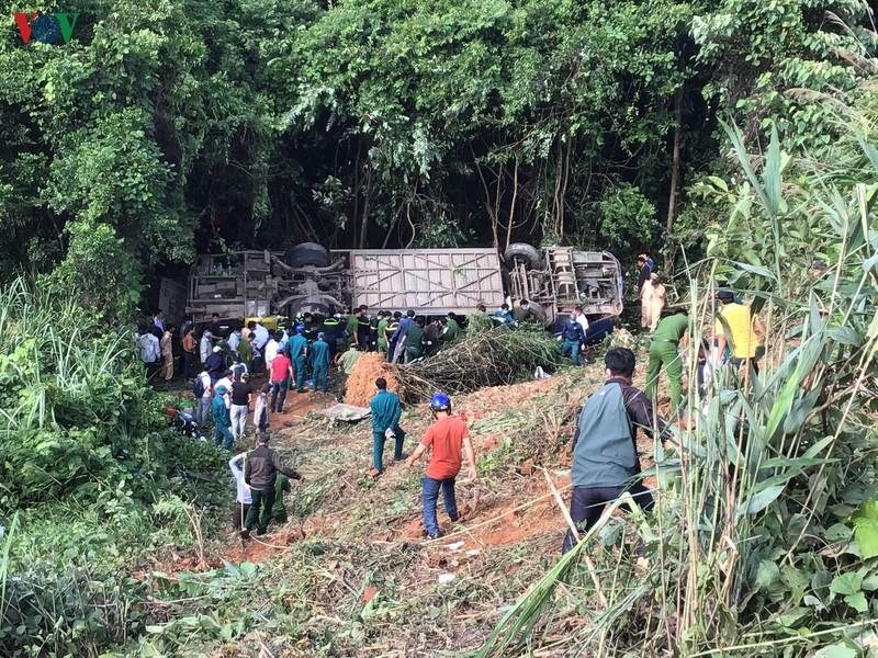 Hiện trường xe khách lao xuống vực làm ít nhất 5 người chết ở Kon Tum - Ảnh 3.