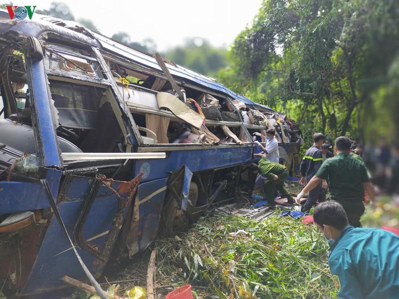Hiện trường xe khách lao xuống vực làm ít nhất 5 người chết ở Kon Tum - Ảnh 5.