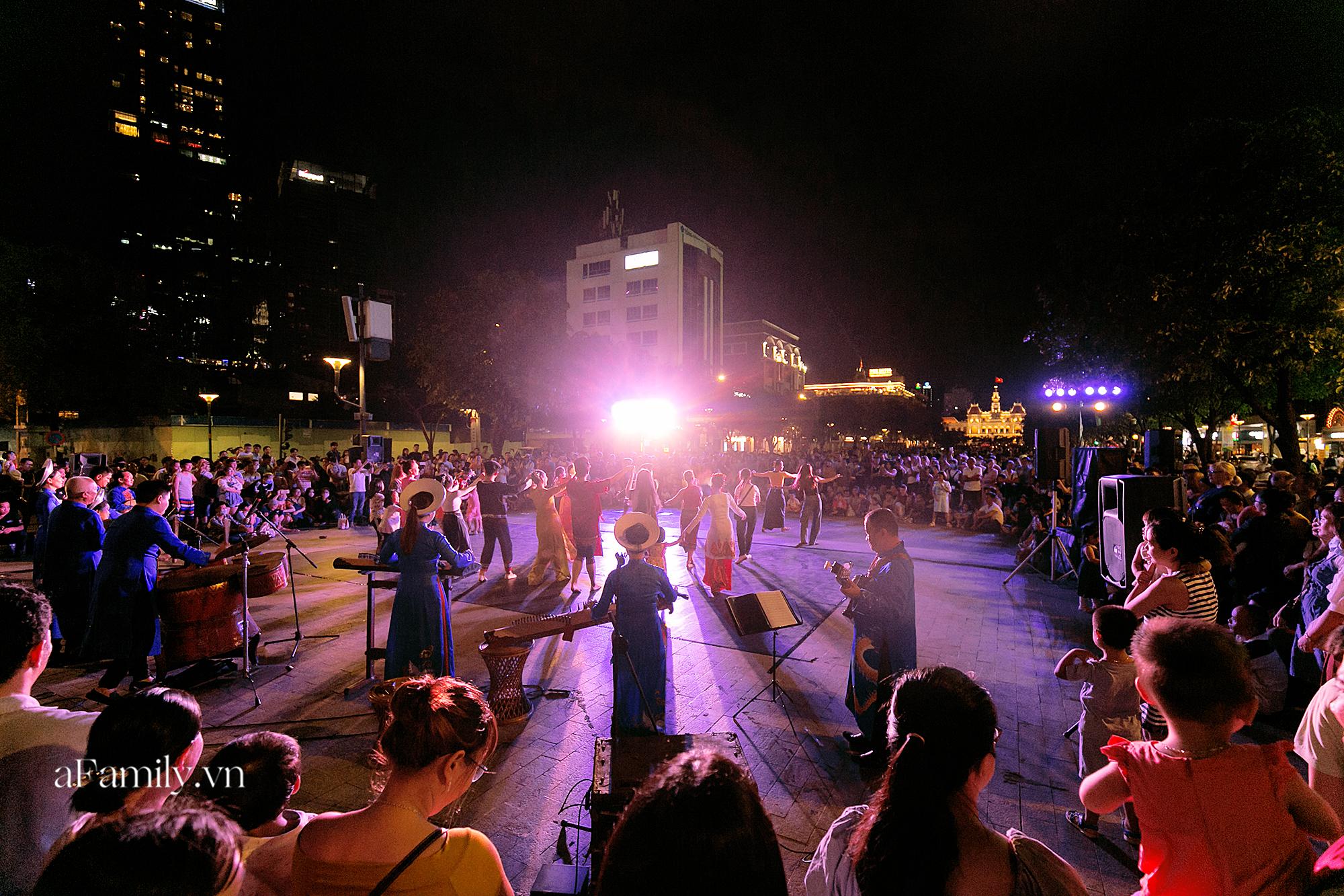 Phố đi bộ Nguyễn Huệ bắt đầu tổ chức các hoạt động biểu diễn nghệ thuật đường phố miễn phí và đây là tuần đầu tiên người Sài Gòn được trải nghiệm - Ảnh 1.