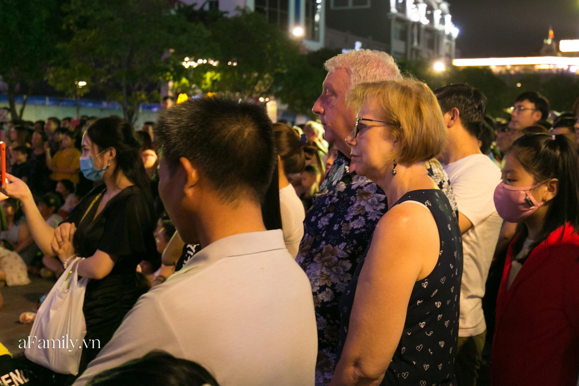 Phố đi bộ Nguyễn Huệ bắt đầu tổ chức các hoạt động biểu diễn nghệ thuật đường phố miễn phí và đây là tuần đầu tiên người Sài Gòn được trải nghiệm - Ảnh 9.