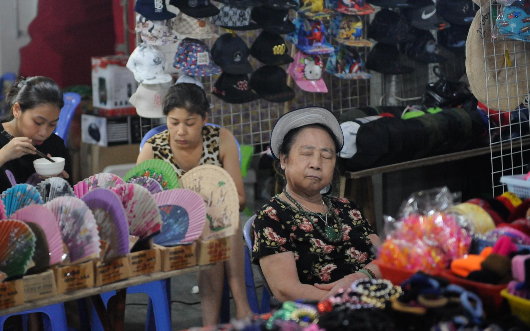Ảnh: Chợ đêm Hàng Đào vắng bóng khách Tây, tiểu thương phố cổ Hà Nội 'méo mặt' vì ế ẩm