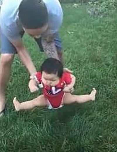 Bố định đặt con xuống bãi cỏ chơi, phản ứng của cô bé khiến mẹ cười lăn cười bò - Ảnh 4.