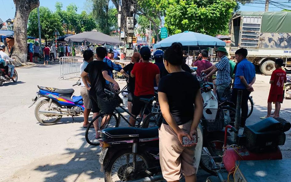 Hà Nội: Người phụ nữ bán hoa quả bất ngờ bị gã đàn ông bên cạnh đâm tử vong
