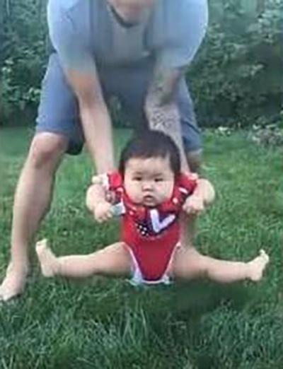 Bố định đặt con xuống bãi cỏ chơi, phản ứng của cô bé khiến mẹ cười lăn cười bò - Ảnh 2.