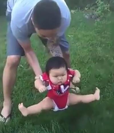 Bố định đặt con xuống bãi cỏ chơi, phản ứng của cô bé khiến mẹ cười lăn cười bò - Ảnh 3.