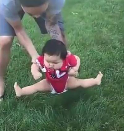 Bố định đặt con xuống bãi cỏ chơi, phản ứng của cô bé khiến mẹ cười lăn cười bò - Ảnh 1.