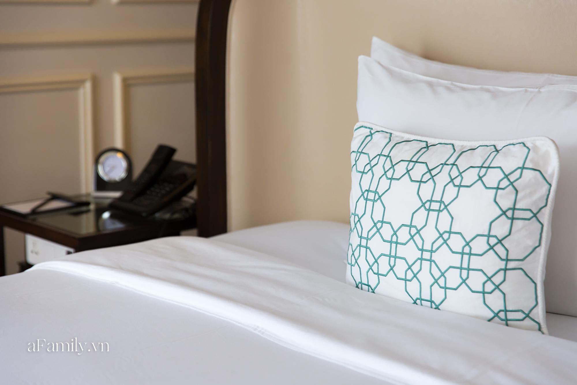Vì sao giường khách sạn thường hào phóng bày tận 4 chiếc gối mà vẫn thiếu loại gối ôm dài, đây là câu trả lời - Ảnh 3.