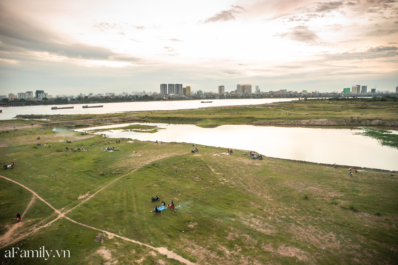 """Rời xa ồn ào nơi phố thị, nhiều gia đình tìm đến bãi bồi dưới chân cầu Vĩnh Tuy để sống """"chill"""", thoả sức bắt ốc, nướng cá sống lại một thời tuổi thơ - Ảnh 20."""