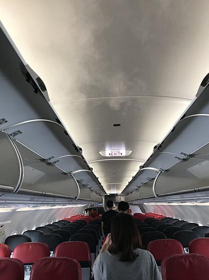 Nhiều người nghĩ làn sương trắng phả từ trần máy bay trước khi hạ, cất cánh là mây tràn vào nhưng sự thật thì không phải vậy - Ảnh 2.