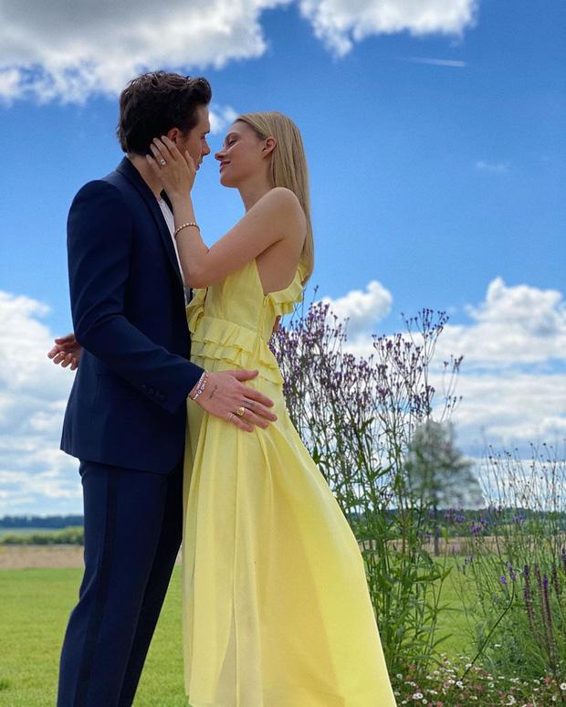 Con dâu nhà tỷ phú tiết lộ bí mật đằng sau bức ảnh đính hôn với Brooklyn Beckham, hoá ra cả Harper và Victoria giúp sức - Ảnh 2.