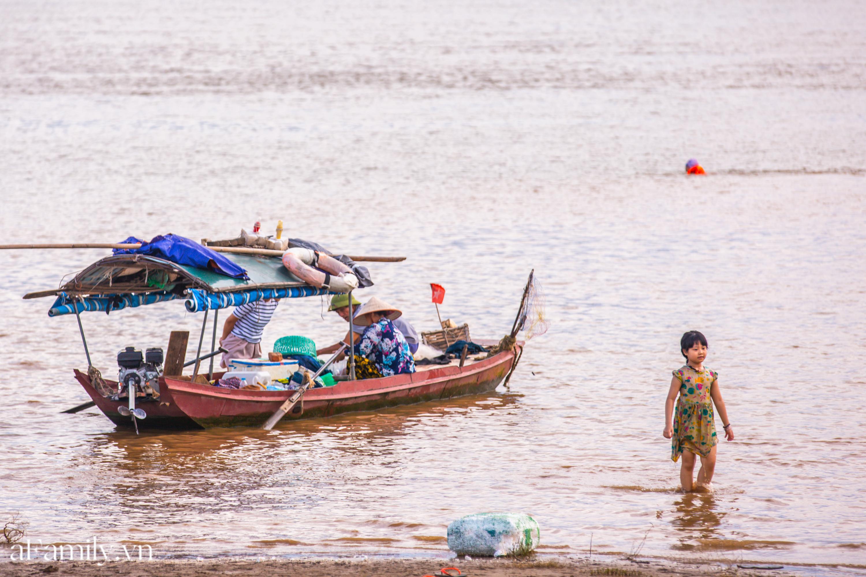"""Rời xa ồn ào nơi phố thị, nhiều gia đình tìm đến bãi bồi dưới chân cầu Vĩnh Tuy để sống """"chill"""", thoả sức bắt ốc, nướng cá sống lại một thời tuổi thơ - Ảnh 10."""