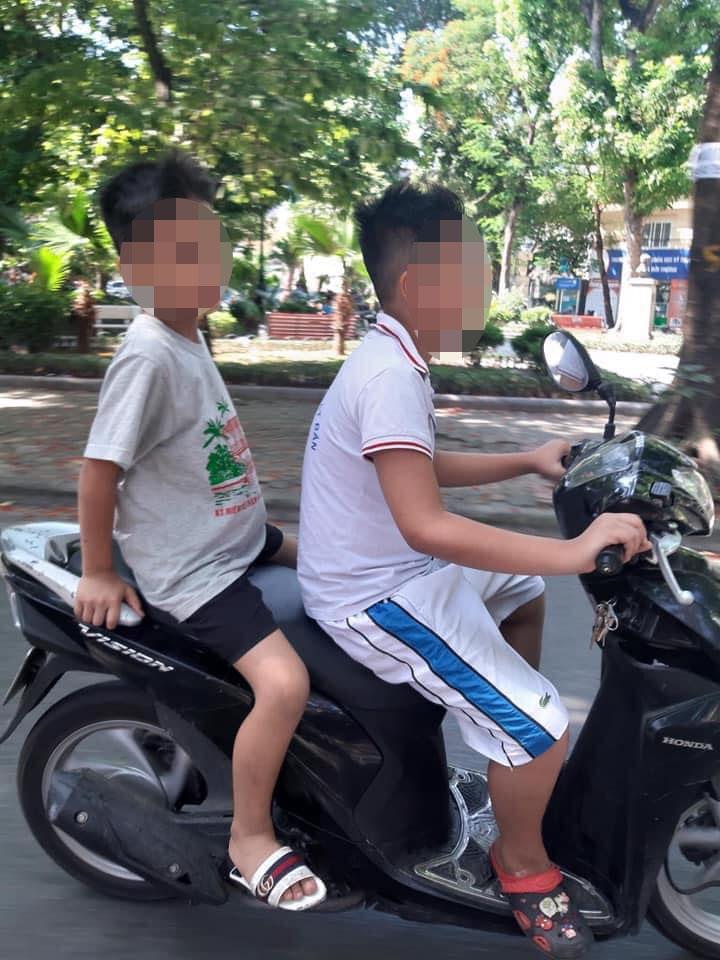 Hoảng hồn trước 2 cậu bé tiểu học không đội mũ bảo hiểm, vô tư phóng xe máy ngoài đường: Bố mẹ ở đâu khi cảnh này xảy ra? - Ảnh 1.