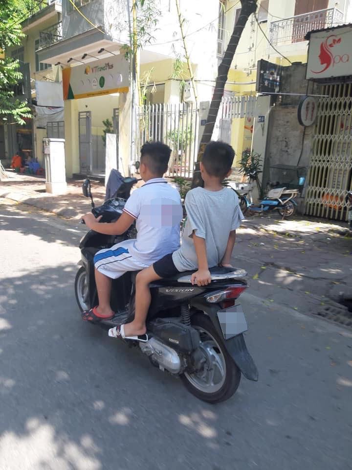 Hoảng hồn trước 2 cậu bé tiểu học không đội mũ bảo hiểm, vô tư phóng xe máy ngoài đường: Bố mẹ ở đâu khi cảnh này xảy ra? - Ảnh 2.