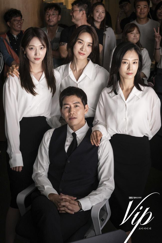 Không chỉ để ngắm, loạt công thức diện áo sơ mi trong phim Hàn còn rất dễ áp dụng và cam đoan sẽ đẹp xinh thanh lịch hết cỡ - Ảnh 9.