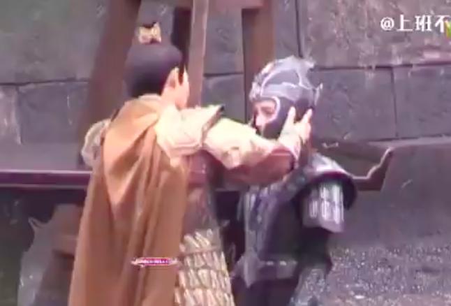"""""""Cửu Châu Hộc Châu phu nhân"""": Đội mũ giáp quá rộng, Dương Mịch gây choáng vì đầu bé đến kinh ngạc - Ảnh 4."""