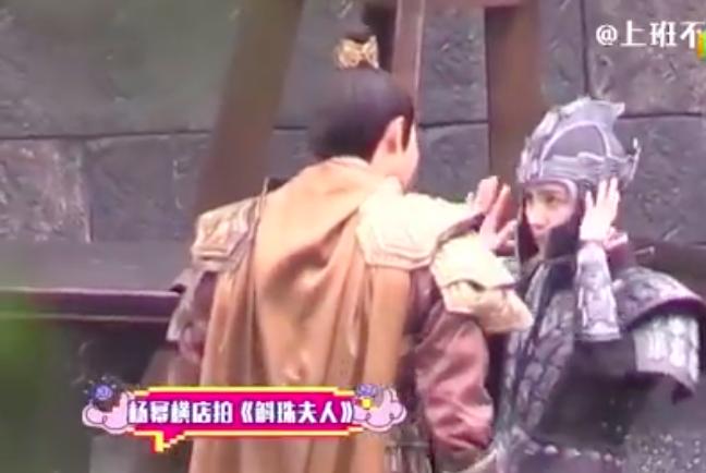 """""""Cửu Châu Hộc Châu phu nhân"""": Đội mũ giáp quá rộng, Dương Mịch gây choáng vì đầu bé đến kinh ngạc - Ảnh 3."""