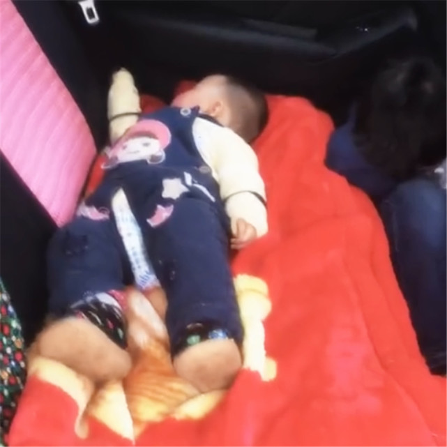 Hình ảnh bé gái ngủ ngon lành trên ghế ô tô nhưng nhìn sang bên cạnh chứng kiến hành động của anh trai, người xem không khỏi thốt lên