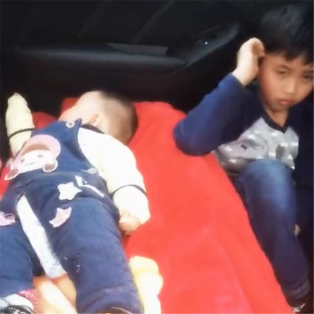Hình ảnh bé gái ngủ ngon lành trên ghế ô tô nhưng nhìn sang bên cạnh chứng kiến hành động của anh trai, người xem không khỏi xuýt xoa  - Ảnh 3.