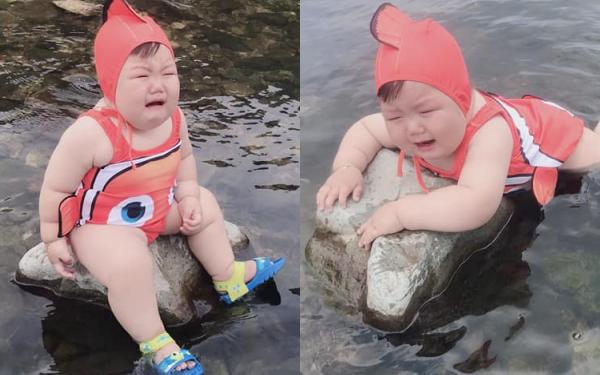 """Diện đồ bơi xinh xẻo ra tắm suối, cậu nhóc vừa khóc vừa tạo dáng """"nàng tiên cá mắc cạn"""" làm bố mẹ cười đau bụng"""