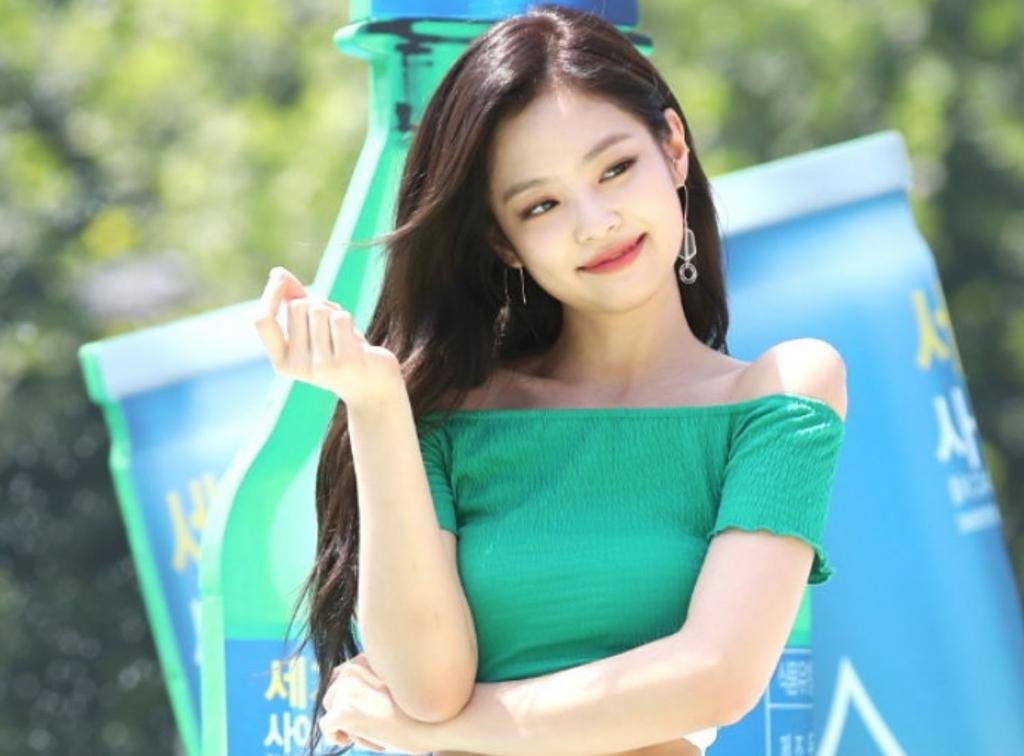 Mê vai vuông góc của Jennie, con gái Trung Quốc thi nhau tập tành để vai đẹp như thần tượng - Ảnh 1.