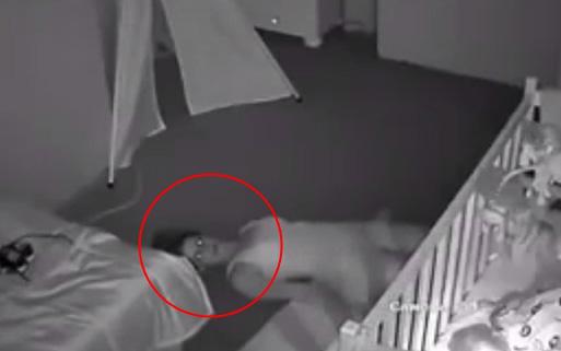 Kiểm tra camera phòng con nhỏ, chồng hốt hoảng phát hiện vợ nằm dưới sàn nhà như phim kinh dị trước khi biết được nguyên do của việc làm ấy