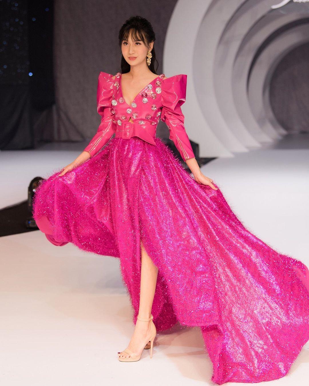 Lan Khuê hóa Nữ hoàng đầy quyền lực, Lynk Lee lần đầu đi giày cao gót 10cm làm vedette tại show thời trang - Ảnh 3.