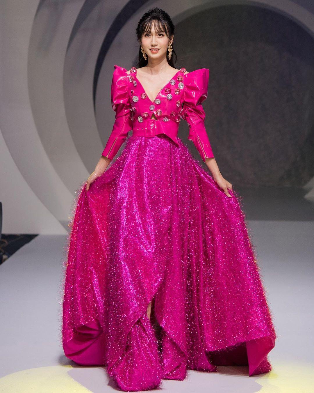 Lan Khuê hóa Nữ hoàng đầy quyền lực, Lynk Lee lần đầu đi giày cao gót 10cm làm vedette tại show thời trang - Ảnh 4.