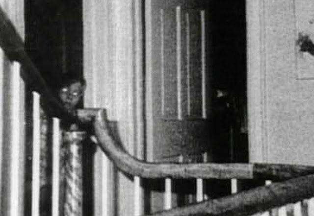 Bức ảnh chụp bé trai bí ẩn tại ngôi nhà từng xảy ra vụ thảm sát gia đình 6 người gây ám ảnh và tranh cãi dữ dội - Ảnh 3.