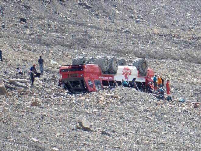 Lật xe chở khách đến sông băng, ít nhất 3 người thiệt mạng - Ảnh 1.