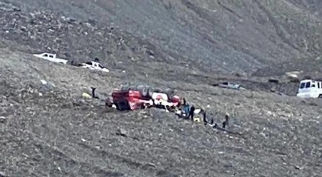 Lật xe chở khách đến sông băng, ít nhất 3 người thiệt mạng - Ảnh 2.