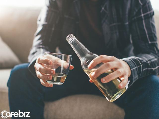 Đêm liên hoan, đồng nghiệp uống nhiều rượu bất ngờ ra đi: người trẻ à, đừng lấy sức khỏe ra đổi lấy tăng lương nữa - Ảnh 1.