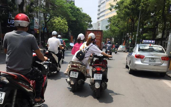 """Hoang mang với phong cách cứu hộ xe của """"Ninja Lead"""", ngồi ghế sau vẫn nhoài người lôi xe máy hỏng đi theo, người đi đường nhìn thấy đều cạn lời"""