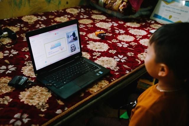 """Hỏi vì sao có thể nói tiếng Anh trôi chảy, cậu bé 6 tuổi tại Hà Tĩnh trả lời """"tỉnh bơ"""", ai cũng phải bất ngờ - Ảnh 5."""