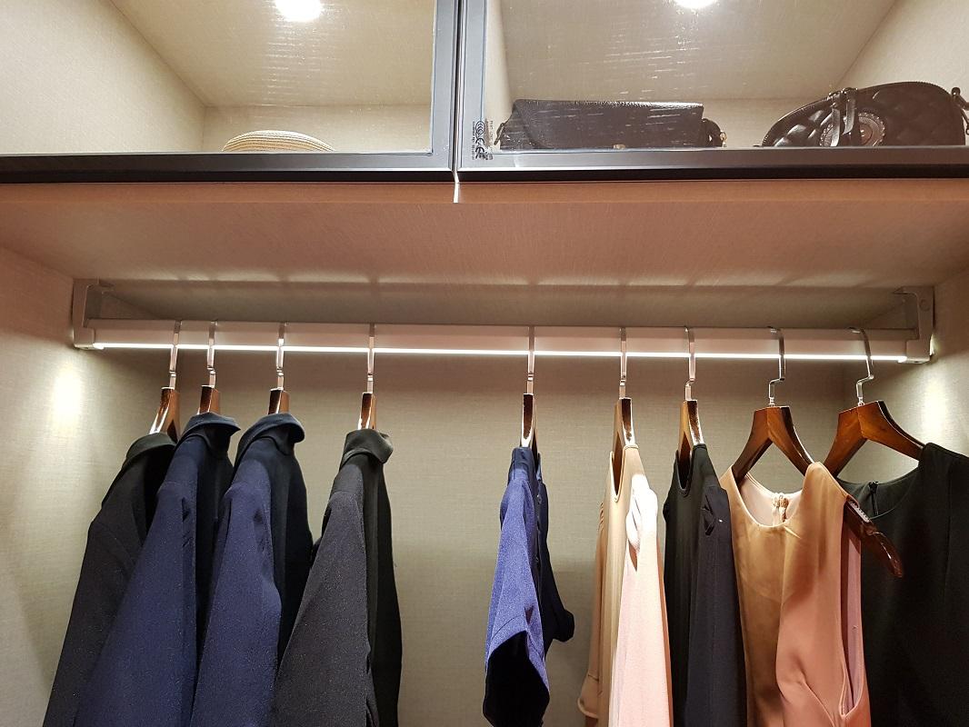 Hướng dẫn cách sắp xếp tủ quần áo: Đồ nào nên treo, đồ nào nên gấp gọn - Ảnh 2.