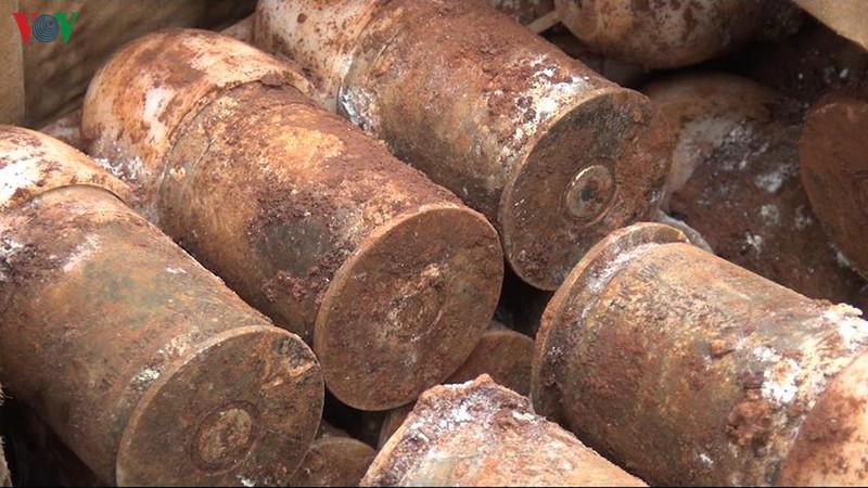 Đào móng làm hồ chứa nước, phát hiện hơn 60 quả đạn pháo ở Bình Phước - Ảnh 2.
