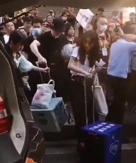 Triệu Lệ Dĩnh bị đám đông bao vây khiến Huỳnh Hiểu Minh phải cấm fan chụp hình - Ảnh 5.