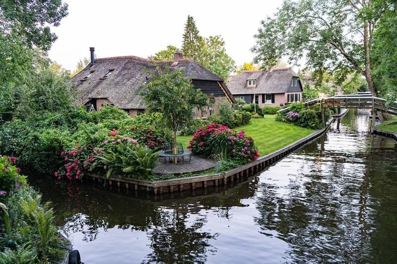 """Vẻ đẹp đặc sắc của ngôi làng """"cổ tích"""" Giethoorn giữa dịch Covid-19 - Ảnh 1."""