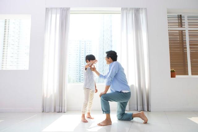 Muốn con từ nhút nhát trở nên tự tin bạo dạn không hề khó nếu bố mẹ tranh thủ làm những điều này với con mỗi ngày - Ảnh 2.