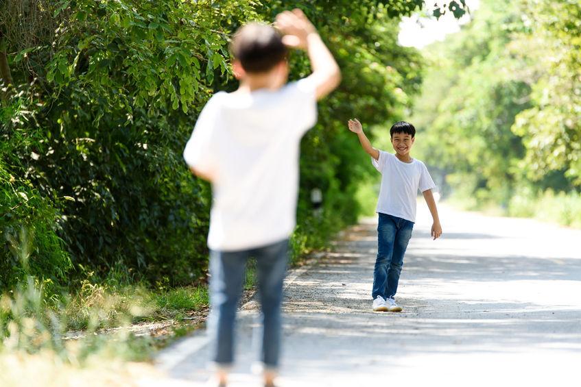 Muốn con từ nhút nhát trở nên tự tin bạo dạn không hề khó nếu bố mẹ tranh thủ làm những điều này với con mỗi ngày - Ảnh 3.