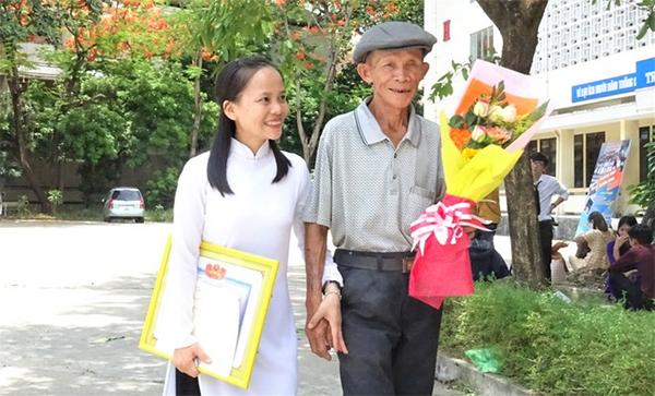 Câu chuyện đẫm nước mắt đằng sau dáng cha già khắc khổ trong ngày lễ tốt nghiệp của con gái - Ảnh 1.