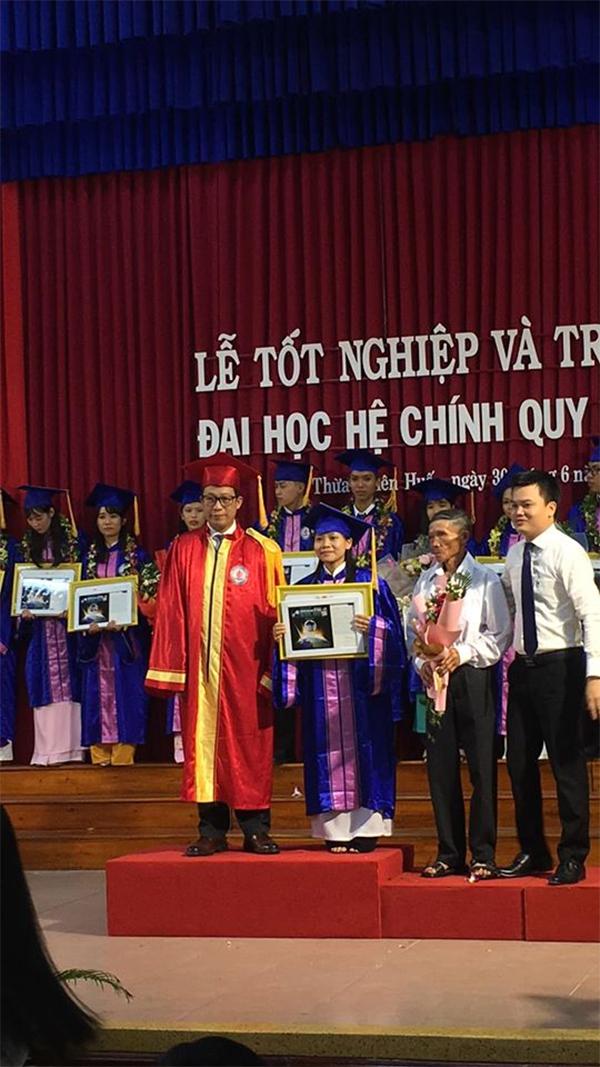 Câu chuyện đẫm nước mắt đằng sau dáng cha già khắc khổ trong ngày lễ tốt nghiệp của con gái - Ảnh 3.