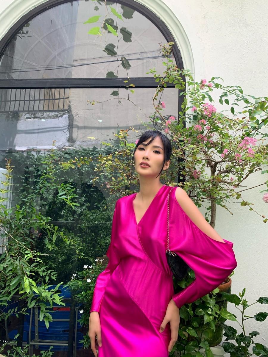 Cùng 1 bộ váy: Lạn Ngọc rất xinh nhưng có phần kém sexy so với Lương Thùy Linh, Hoàng Thùy vì khoản tạo dáng thông minh - Ảnh 4.