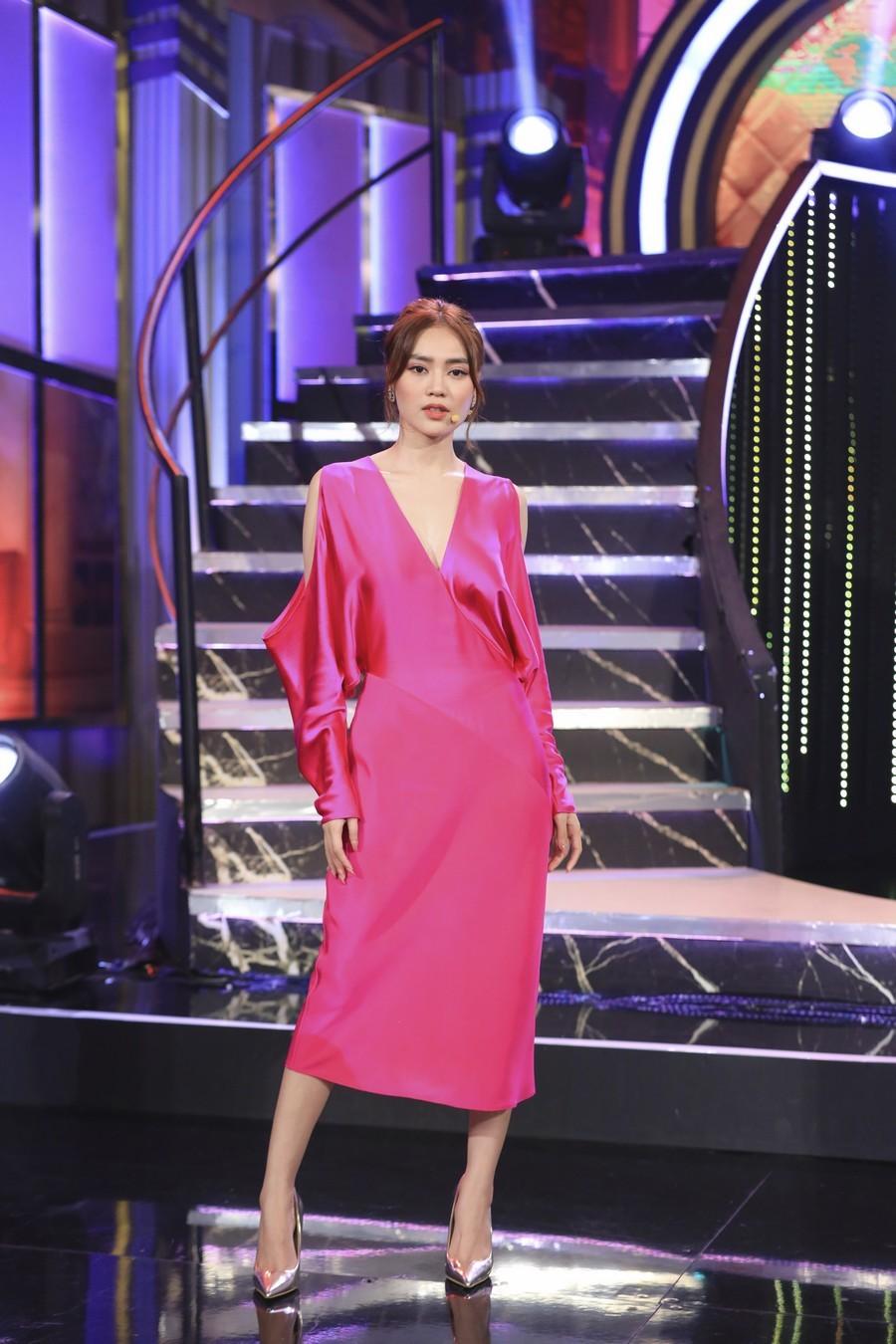 Cùng 1 bộ váy: Lạn Ngọc rất xinh nhưng có phần kém sexy so với Lương Thùy Linh, Hoàng Thùy vì khoản tạo dáng thông minh - Ảnh 2.
